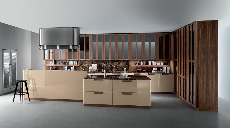Cucina contemporanea_Noisette_Room One_composizione in Noce americano, laccato beige lucido, vetro decor flou reflecting, top in marmo emperador dark lucido, cappa inox