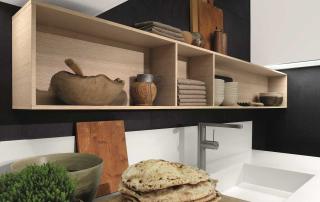 Cucina contemporanea_Free_Mix&Match_dettaglio basi sospese H 48 cm e parete colonne attrezzata H 200 cm. Top (H 12 – P 70) disponibile in lunghezza a misura. Finitura rovere sbiancato, laccato opaco e top in Staron bianco
