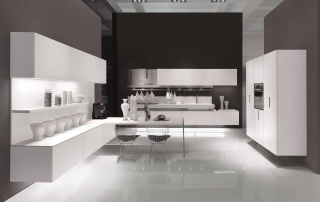 Cucina contemporanea_Free_Empty&Full_composizione su tre pareti nella finitura rovere tinto bianco con top in sintetico bianco