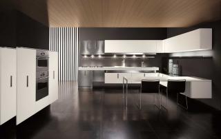 Cucina contemporanea_Free_Inox Look_composizione finitura laminato bianco e acciaio inox. Piano colazione in sintetico in appoggio alle basi. Colonne tecniche sospese