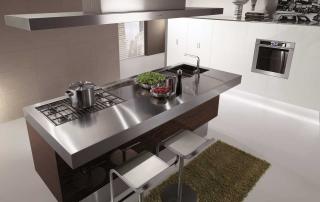 Cucina contemporanea_Free_Walk&Cook_dettaglio isola in ebano precomposto lucido con top in acciaio inox a forte spessore e colonne sospese, laccate lucido bianco ad ante complanari
