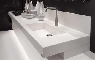 Cucina contemporanea_Free_Empty&Full_dettaglio zona lavaggio/cottura in finitura rovere tinto bianco con top in sintetico bianco