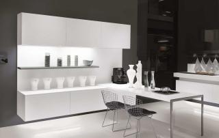 Cucina contemporanea_Free_Empty&Full_dettaglio tavolo penisola disponibile con lunghezza a misura. Termina con un leggero profilo in acciaio inox a U rovesciata