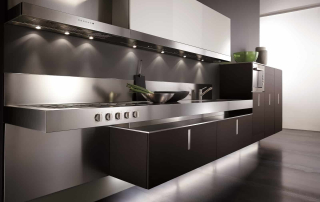 Cucina contemporanea_Free_Inox Look_dettaglio top a forte spessore e basi sospesi con sistema di fissaggio a muro collaudato. Finitura in rovere tinto wengè laccato lucido bianco e acciaio inox