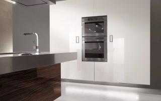 Cucina contemporanea_Free_Inox Look_dettaglio colonne sospese attrezzate per dispensa o con elettrodomestici. H200 L240 apertura complanare