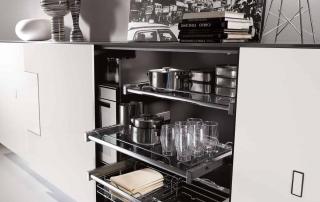 Cucina contemporanea_Free_Inox Look_dettaglio attrezzatura interna finitura in nobilitato grigio. Colonne con vassoi estraibili L90 e fondale in cristallo trasparente. Luce interna con sensore di presenza