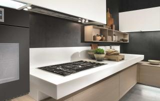 Cucina contemporanea_Free_Mix&Match_dettaglio basi sospese H 48 cm. Top (H 12 – P 70) disponibile in lunghezza a misura. Finitura rovere sbiancato, laccato opaco e top in Staron bianco