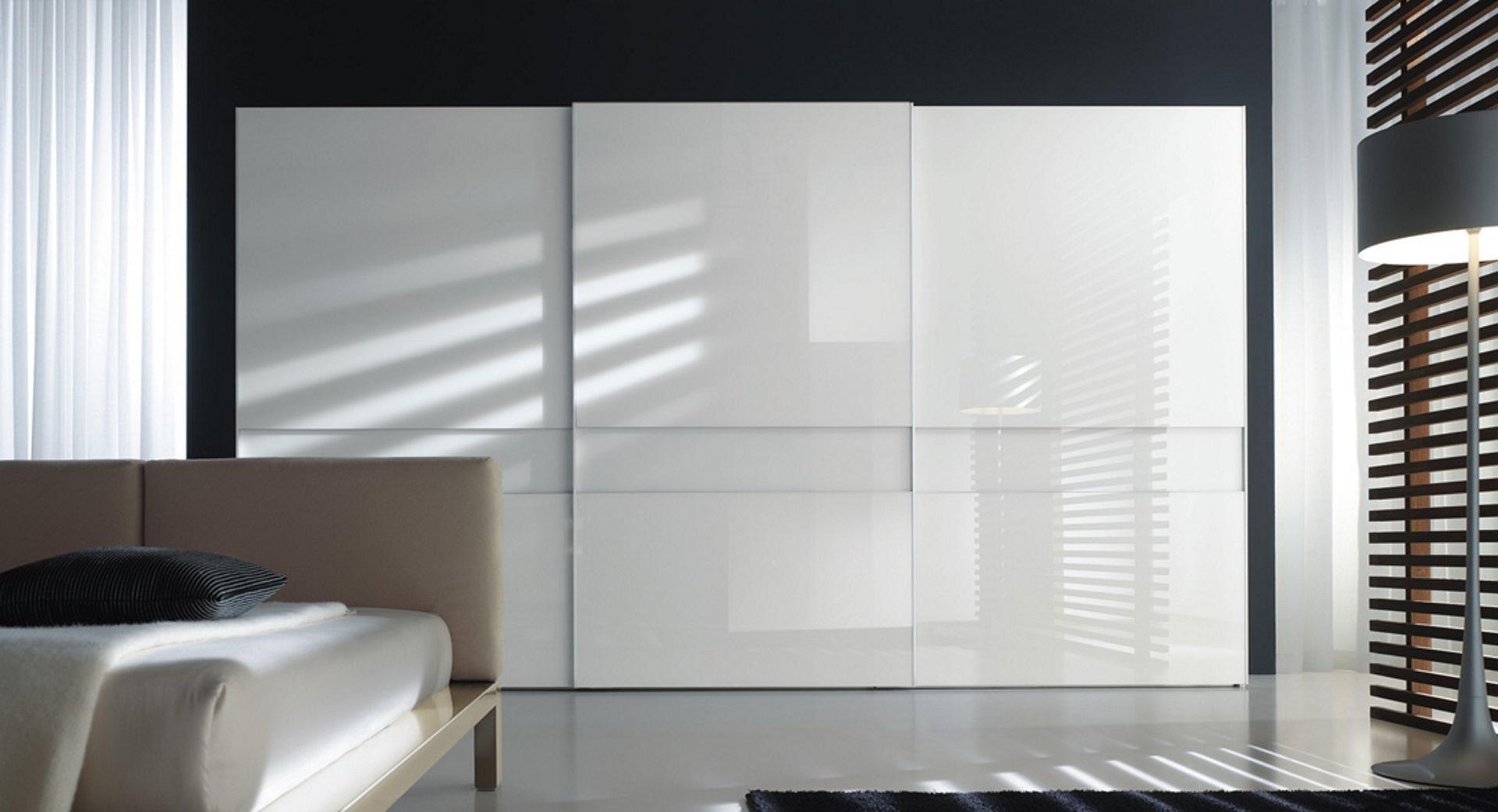 Sistema armadi_Extra_armadio a 3 ante scorrevoli con profilo alluminio e vetro laccato calce