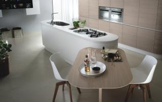 Cucina moderna_Maxima Round_dettaglio isola stondata finiture laccato bianco opaco e tavolo penisola inclinato a 45° in rovere chiaro