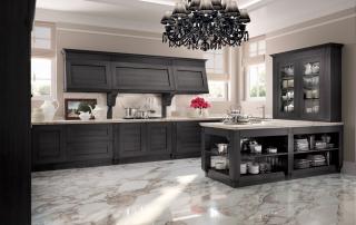 Cucina classica_Melograno CK2_dettaglio penisola con basi a giorno e piano d'appoggio come area snack o come piano di lavoro. Vetrina H 135 con pilastri decorativi laterali (L 12 cm) in appoggio al top
