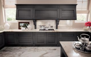 Cucina classica_Melograno CK2_dettaglio blocco funzionale con elemento cappa completato da due pensili laterali con ante inclinate basculanti (L 90 + L 144 + L 90)