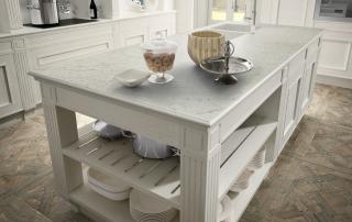 Cucina classica_Melograno CK3_dettaglio isola centrale finitura rovere laccato bianco con top in marmo statuarietto