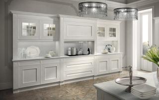 Cucina classica_Melograno CK3_dettaglio parete con cappa verticale, pensili con anta vetro all'inglese in finitura rovere laccato bianco