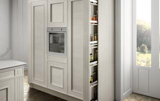 Cucina classica_Melograno CK3_dettaglio colonne decorative (L 12 cm): semplici elementi di decorazione o utili contenitori portabottiglie o portaspezie. Un semplice gesto permette la fuoriuscita di un pratico contenitore su guide suddiviso a ripiani