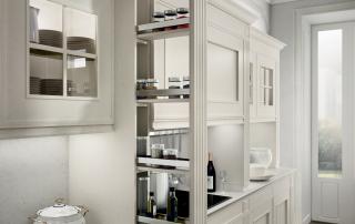 Cucina classica_Melograno CK3_dettaglio colonne decorative multiuso a cinque altezze di serie da abbinarsi a basi, pensili, vetrina in appoggio al top e colonne