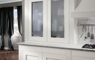 Cucina classica_Melograno CK4_dettaglio abbinamento basi e pensile vetrina in appoggio al top. Possibilità progettuale di creare pareti credenza da utilizzare come elementi di arredo che completano l'ambiente