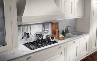 Cucina classica_Melograno CK4_dettaglio area lavaggio/cottura top in marmo (5 cm) statuarietto e lavelli in pietra