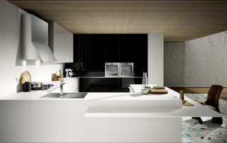 Cucina moderna_Mood-02-laminato b.p DQ7 bianco opaco, nero e grigio intermedio monolaccati lucidi. Grande piano di lavoro e colonne a tutta altezza. Top e mensola snack in laminato bianco. Cappa inox. Maniglia gola e zoccolo di serie in finitura alluminio.