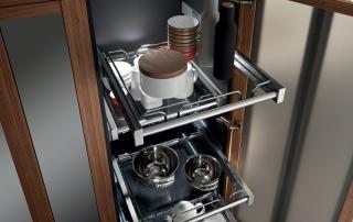 Cucina contemporanea_Noisette_Room Two_dettaglio anta con telaio in legno spessore 30 mm e vetro specchiato temperato spessore 4 mm. Dettaglio del doppio cassetto (-2/+2) per prodotti freschi. Possibilità di gestire il cestone inferiore come ampliamento del frigo o del congelatore
