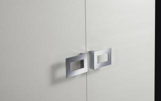 Sistema armadi_Extra Basic_dettaglio maniglia geometrica ed ergonomica in finitura cromata