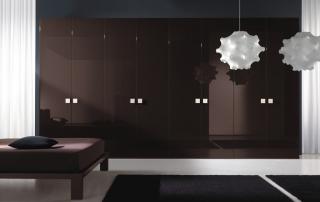 Sistema armadi_Extra Piana_composizione ad anta battente Piana in cui il colore viene esaltato dai riflessi della finitura laccato lucido caffè con maniglia quadra in finitura cromo lucido