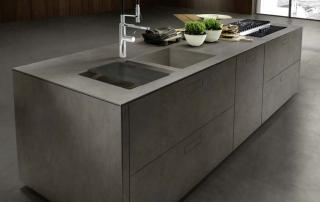 Cucina moderna_Touch.01_dettaglio isola in resina Dark Grey e maniglia filo anta a push