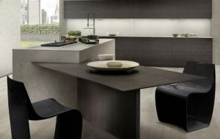"""Cucina moderna_Touch.02_dettaglio tavolo penisola (dim 200x100 cm) inserito nel blocco cucina con inclinazione a 45°. Particolare struttura del piano ad """"ala di aereo"""", che sul bordo presenta uno spessore di appena 12 mm in rovere tinto wengè"""