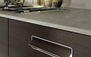 Cucina moderna_Touch.02_dettaglio maniglia a filo anta con presa push disponibile in due versioni: meccanismo a scomparsa nello spessore dell'anta; versione più economica con maniglia inserita bordo alluminio. Entrambe disponibili nella finitura dell'anta