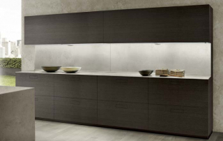 Cucina moderna_Touch.02_dettaglio sottopensile a due moduli accostati in versione aperta e chiusa con anta in resina Dim Gray. Un contenitore attrezzato particolarmente capiente e pratico grazie all'apertura totale dell'anta sali-scendi