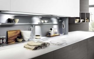 Cucina moderna_Touch.03_dettaglio penisola angolare nelle finiture rovere tinto grigio scuro, laccato opaco bianco e top in sintetico bianco