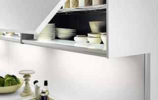 Cucina moderna_Touch.03_dettaglio sottopensile con anta sali-scendi modulare e accostabile in larghezza, interno attrezzato (ripiani, prese elettriche e luce a spot) e anta nelle finiture della cucina o del top
