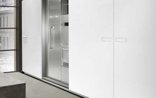 Cucina moderna_Touch.01_dettaglio blocco colonna L 244 (60+60+60+60) P 75 H 208 cm con chiusura complanare. Maniglia a filo anta con presa push
