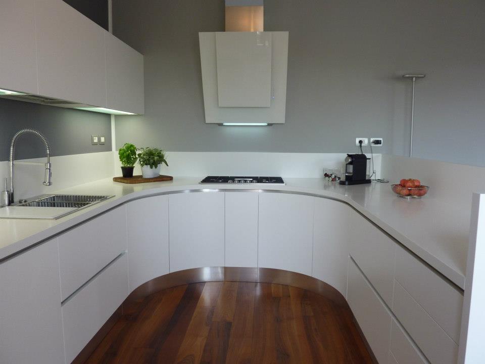 Maxima cucina semi circolare in laccato bianco cucine composit - Cucina laccato bianco ...