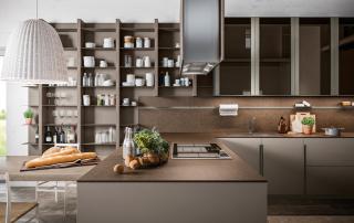 Cucina moderna_Lounge.01_dettaglio accostamento tra rovere tinto grigio medio poro scuro (R06), laccato opaco platino (A08), maniglia alluminio finitura titanio e top in light quarts Amazon
