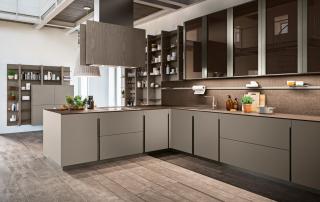 Cucina moderna_Lounge.01_dettaglio maniglia verticale in alluminio finitura titanio. Si innesta nell'anta 22 mm creando un particolare di forte personalizzazione; top da 12 mm in light quartz Amazon tono su tono con il laccato platino (A08) dell'anta