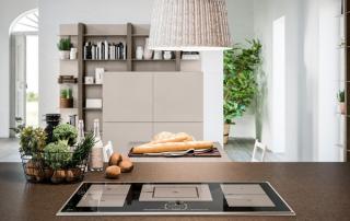 Cucina moderna_Lounge.01_dettaglio top da 12 mm in light quarz Amazon tono su tono con il laccato platino (A08) dell'anta