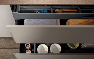 Cucina moderna_Lounge.01_dettaglio interno di un estrattore L 120 cm con il cassetto a scomparsa e attrezzatura interna nella finitura grigio