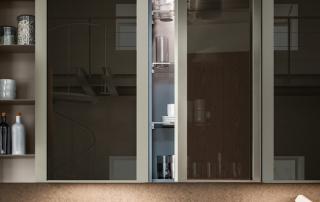 Cucina moderna_Lounge.01_dettaglio ante pensili H 120 cm con montanti in alluminio finitura titanio e vetro bronzo riflettente (V1)