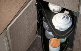 Cucina moderna_Lounge.01_dettaglio soluzione per colonna angolo con cestelli rotanti