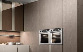 Cucina moderna_Lounge.01_dettaglio parete colonne (H 268 cm). Superficie interrotta dalle maniglie a gola verticali e dai forni ad incasso. Le colonne variamente attrezzate assicurano un'eccezionale funzionalità