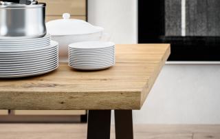 Cucina moderna_Lounge.02_dettaglio del top spessore 50 mm in legno antico (LL) con bordo irregolare