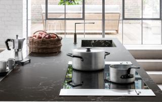 Cucina moderna_Lounge.03_dettaglio della cappa nel top posizionata a destra e sinistra del piano cottura nell'isola centrale