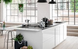 Cucina moderna_Lounge.03_dettaglio del piano snack (sp. 12 mm) laccato lucido bianco calce (A03) e complanare al top in Dekton da 20 mm