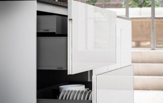 Cucina moderna_Lounge.03_dettaglio maniglia gola verticale sui cestoni in tonalità con la finitura della cucina