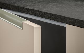 Cucina moderna_Lounge.05_dettaglio anta da 22 mm con maniglia a gola orizzontale integrata nello spessore in alluminio finitura titanio; top in laminato 3349 Luna spessore 20 mm