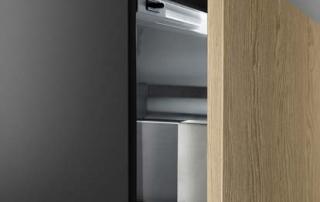 Cucina moderna_Linea.02_dettaglio anta spessore 22 mm con gola laccato opaco nero e luce continua sulla base con sensore di presenza. Basi H 36 cm e pensili a giorni in laccato opaco nero
