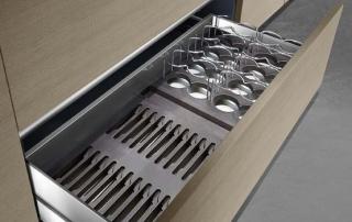Cucina moderna_Linea.03_dettaglio allestimento dei cassetti o cestoni con attrezzature per tutti i generi di necessità