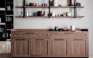 Cucina contemporanea_Marilyn 45.02_dettaglio madia di servizio al tavolo, con elemento giorno a parete nella finitura Ligna 4.0 noce italiano e telai in metallo alluminio verniciato nero