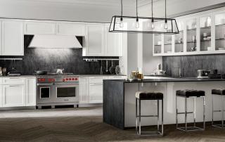 Cucina contemporanea_Marilyn_composizione bianco, legno e acciaio che amplificano i volumi e impreziosiscono l'ambiente cucina. Le calde tonalità del laccato lucido bianco, in tandem con l'anta liscia, nell'essenza pregiata del palissandro lucido, disegnano una cucina conviviale e accogliente. Top e fondale in Laminam Seta Liquorice