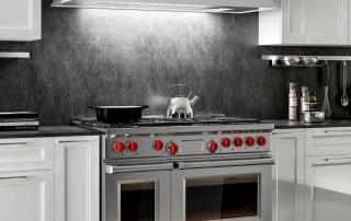 Cucina contemporanea_Marilyn_dettaglio area cottura. Cimasa di finitura per pensili, colonne e vetrine, disponibile nella finitura dell'anta